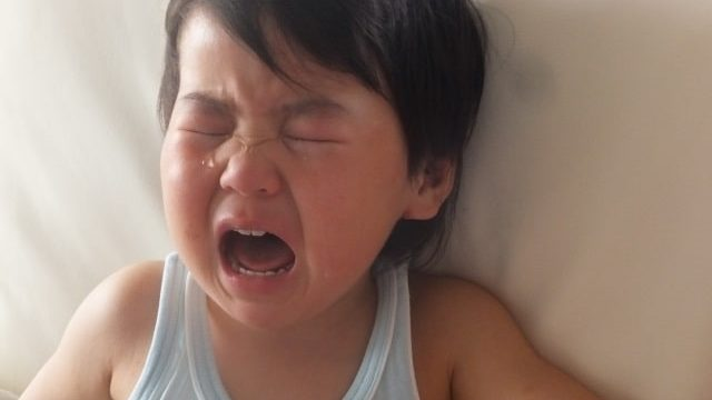 寝ている子供が泣いている写真