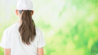 小学生の女の子の後ろ姿