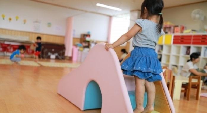 子どもが保育園で滑り台をしている様子